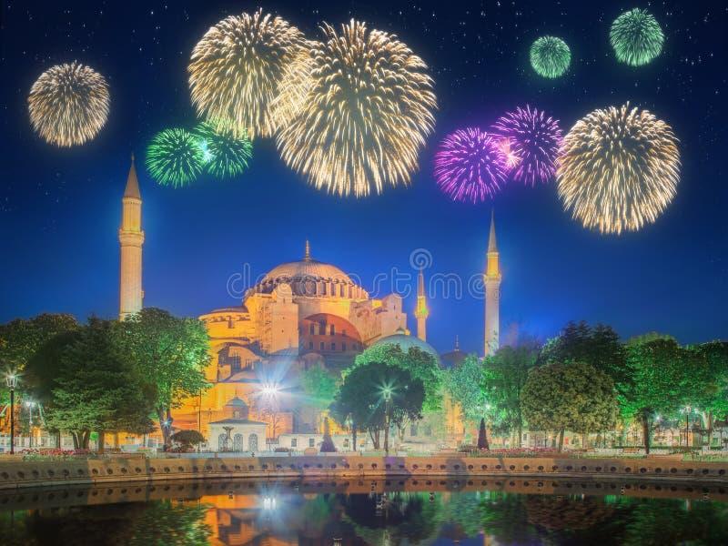 Fogos-de-artifício e arquitetura da cidade bonitos de Istambul imagens de stock