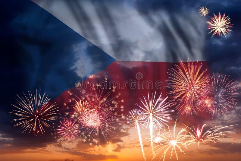 Fogos-de-artifício e bandeira de República Checa ilustração do vetor
