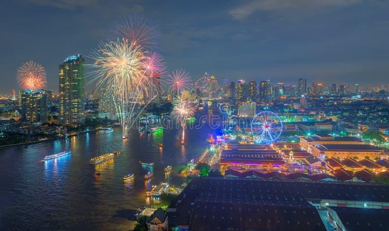 Fogos-de-artifício em Asiatique o beira-rio, Banguecoque, Tailândia imagens de stock