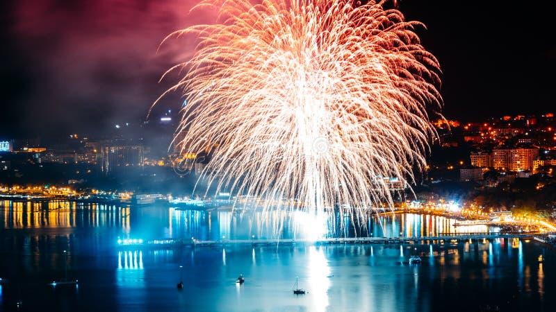 Fogos-de-artifício em Gelendzhik, abertura da temporada de verão, em junho de 2017 imagem de stock