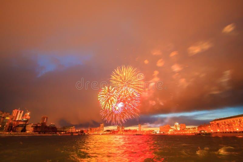 Fogos-de-artifício em honra da vitória. Yekaterinburg, Rússia imagens de stock