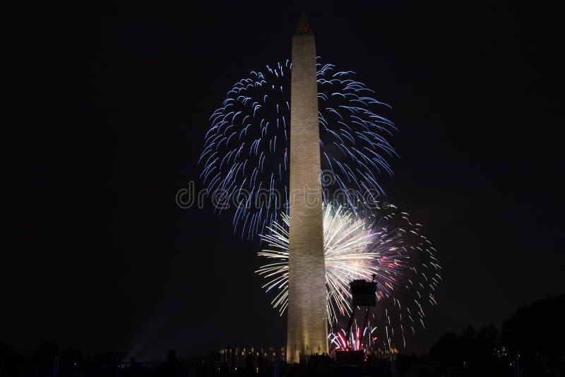Fogos-de-artifício em Washington Monument July 4, 2017 imagem de stock royalty free