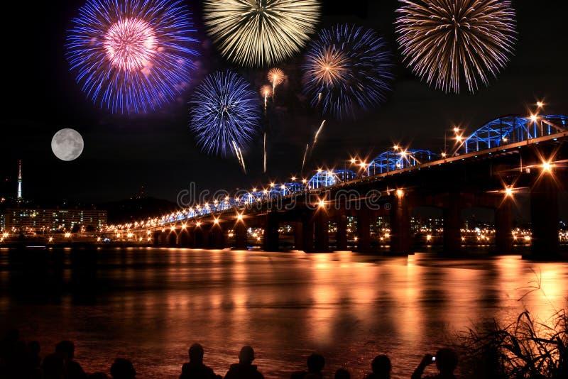 Fogos-de-artifício espectaculares no rio de Han na Lua cheia imagem de stock