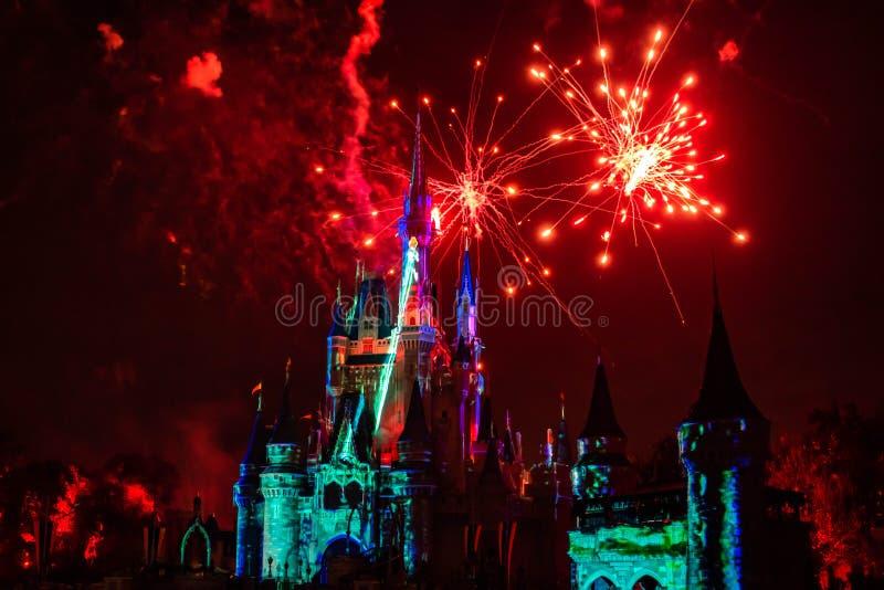 Fogos de artifício espetaculares em Feliz Nunca Depois do Show no Castelo de Cinderela, no Reino Mágico 12 imagem de stock royalty free