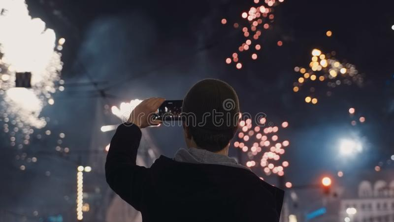 Fogos-de-artifício festivos na véspera do ` s do ano novo no centro da cidade da noite imagem de stock royalty free