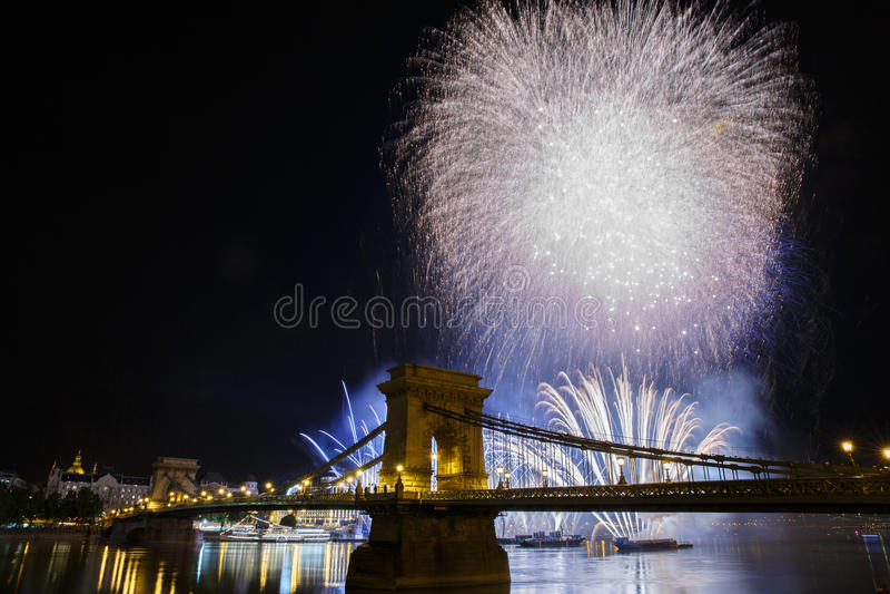 Fogos-de-artifício festivos no céu noturno da opinião de Budapest o Chai foto de stock royalty free