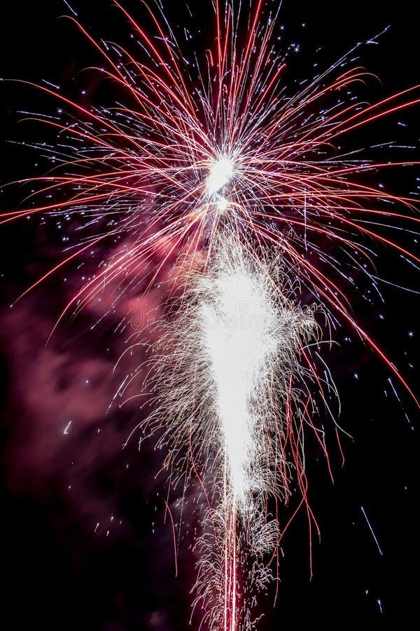 Fogos de artifício festivos populosos foto de stock royalty free