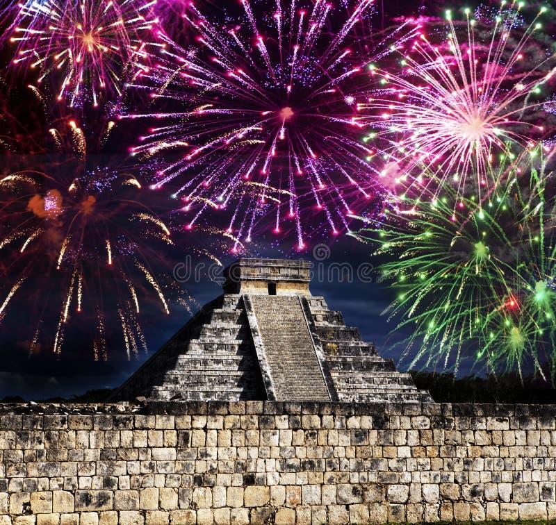 Fogos de artifício festivos sobre a pirâmide famosa de El Castillo em Iucatão, México imagens de stock royalty free