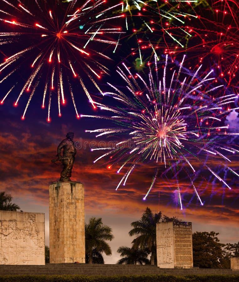 Fogos-de-artifício festivos sobre um monumento Che Guevara cuba Santa Clara fotos de stock