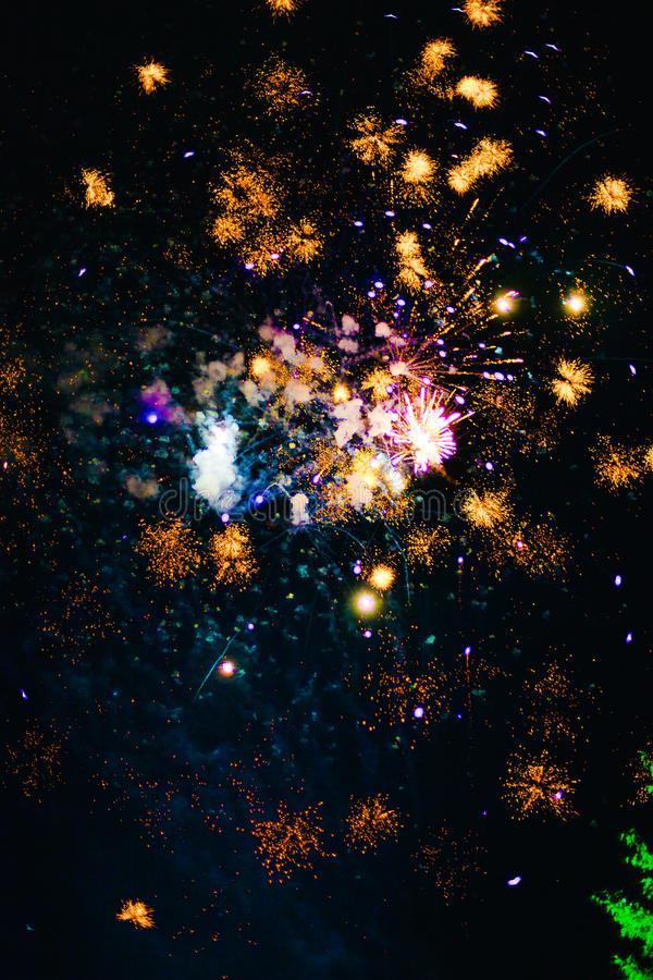 Fogos-de-artifício Fogos-de-artifício Fogos-de-artifício coloridos foto de stock royalty free