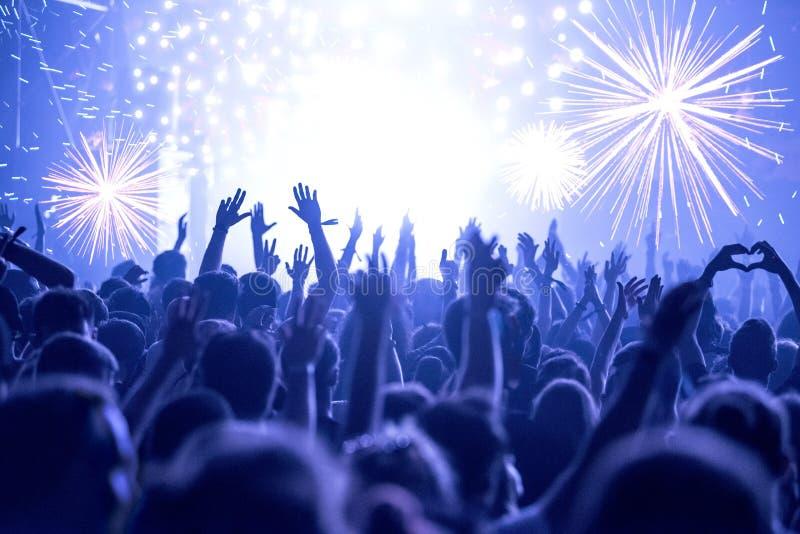 Fogos de artifício, multidão no partido da véspera de Ano Novo fotos de stock