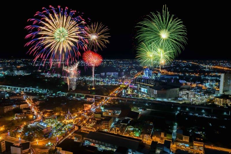 Fogos de artifício na arquitetura da cidade na noite imagem de stock royalty free