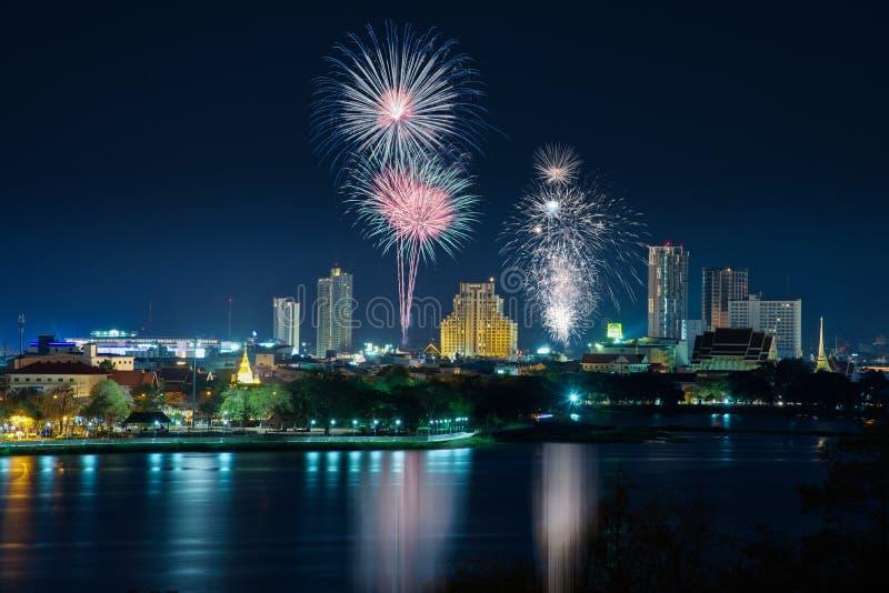 Fogos de artifício na arquitetura da cidade na noite imagens de stock royalty free