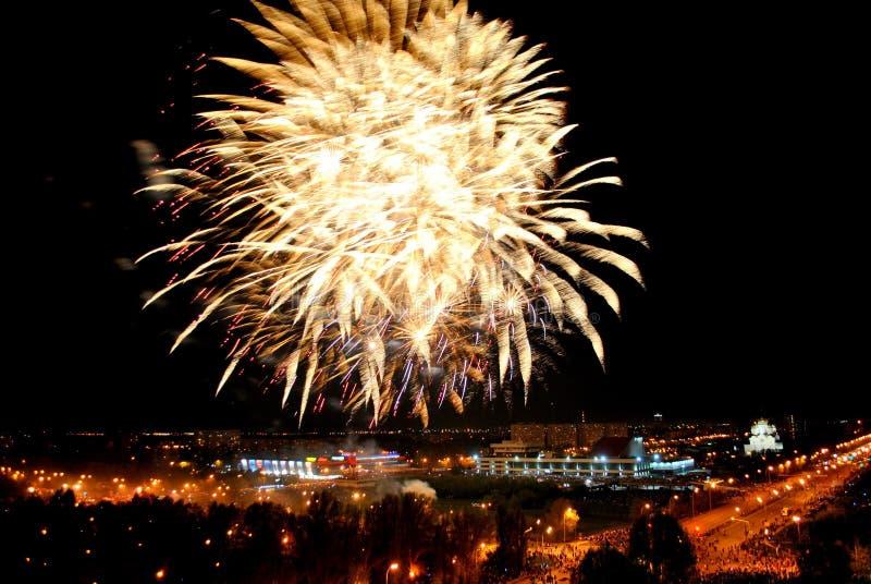 Fogos de artifício na cidade de Togliatti em honra da celebração do 74th aniversário do fim da grande guerra patriótica fotografia de stock