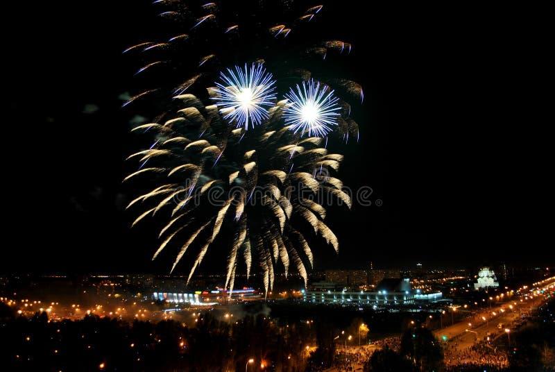 Fogos de artifício na cidade de Togliatti em honra da celebração do 74th aniversário do fim da grande guerra patriótica foto de stock royalty free