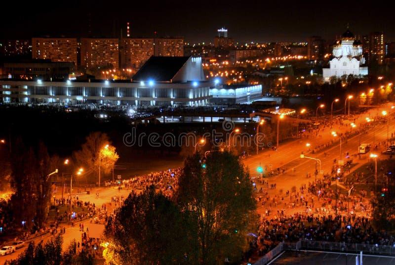 Fogos de artifício na cidade de Togliatti em honra da celebração do 74th aniversário do fim da grande guerra patriótica imagem de stock royalty free