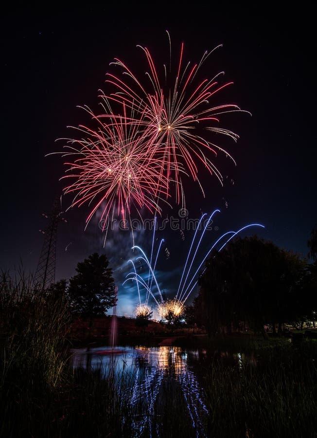 Fogos de artifício na noite no ano novo imagens de stock royalty free