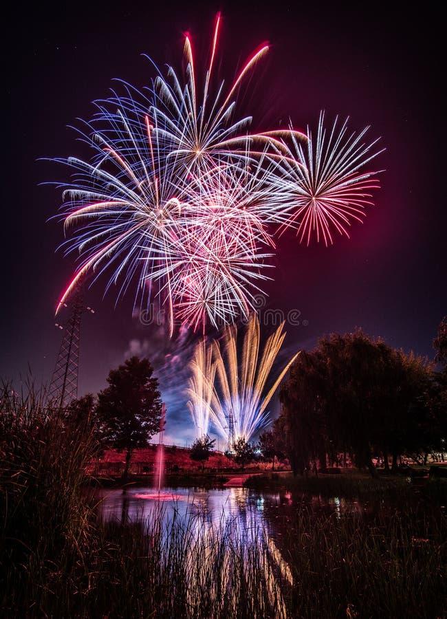 Fogos de artifício na noite no ano novo fotografia de stock royalty free