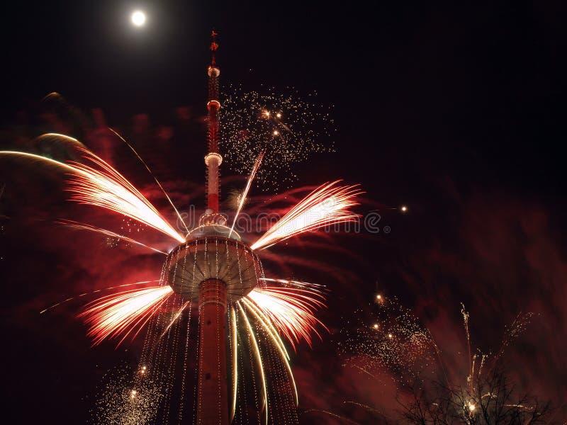 Fogos-de-artifício na torre da tevê imagens de stock royalty free
