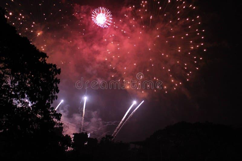 Fogos-de-artifício na véspera do ` s do ano novo foto de stock