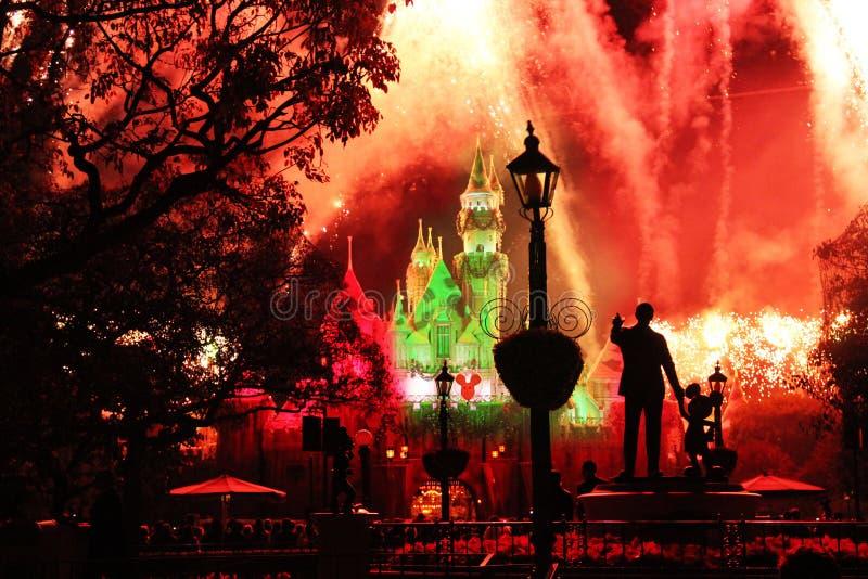 Fogos de artifício no céu noturno em Disneylândia imagem de stock royalty free