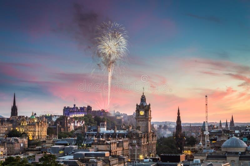 Fogos-de-artifício no castelo de Edimburgo no por do sol imagem de stock