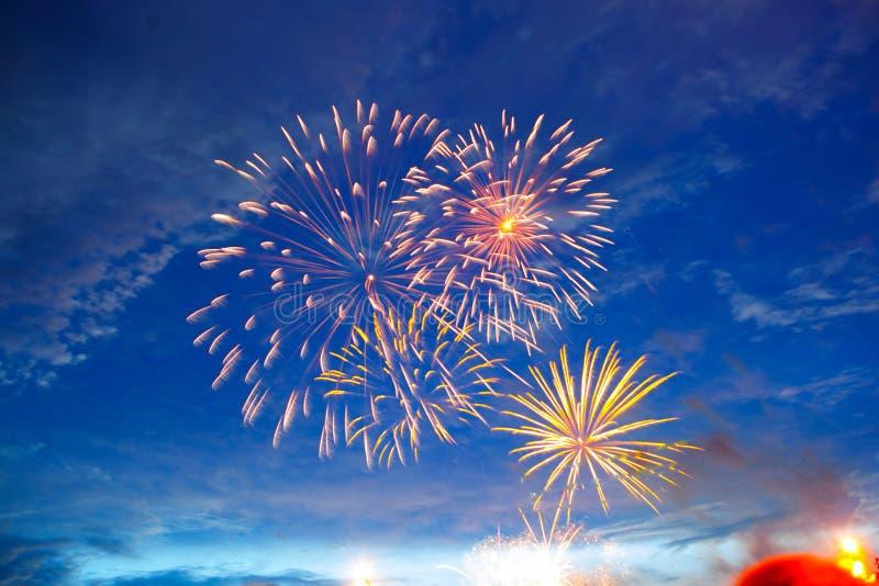 Fogos-de-artifício no crepúsculo do céu Os fogos-de-artifício indicam no fundo escuro do céu Dia da Independência, 4o de julho, q imagens de stock