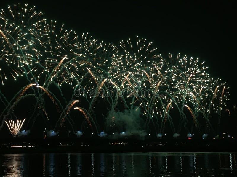 fogos-de-artifício no rio foto de stock
