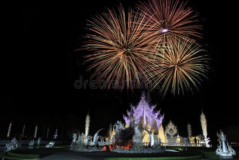 Fogos-de-artifício no templo branco foto de stock royalty free
