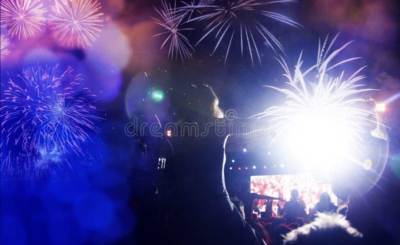 fogos de artifício de observação da multidão - fundo abstrato do feriado das celebrações do ano novo foto de stock
