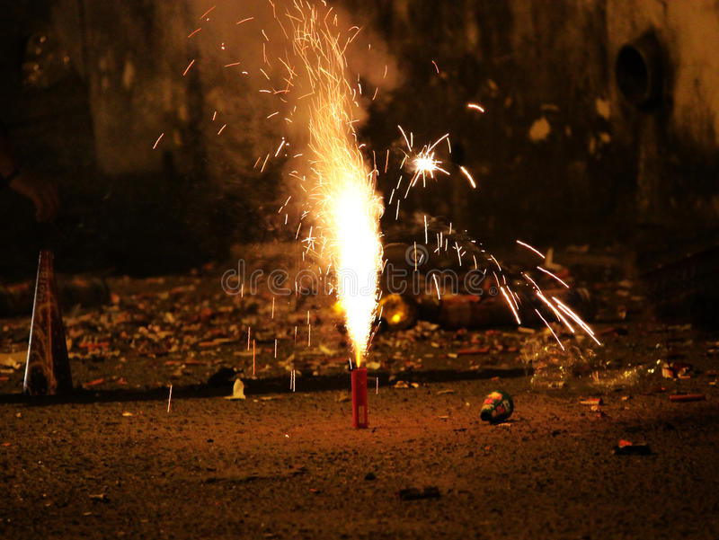 Fogos-de-artifício ou foguetes durante o festival de Diwali ou de Natal fotografia de stock