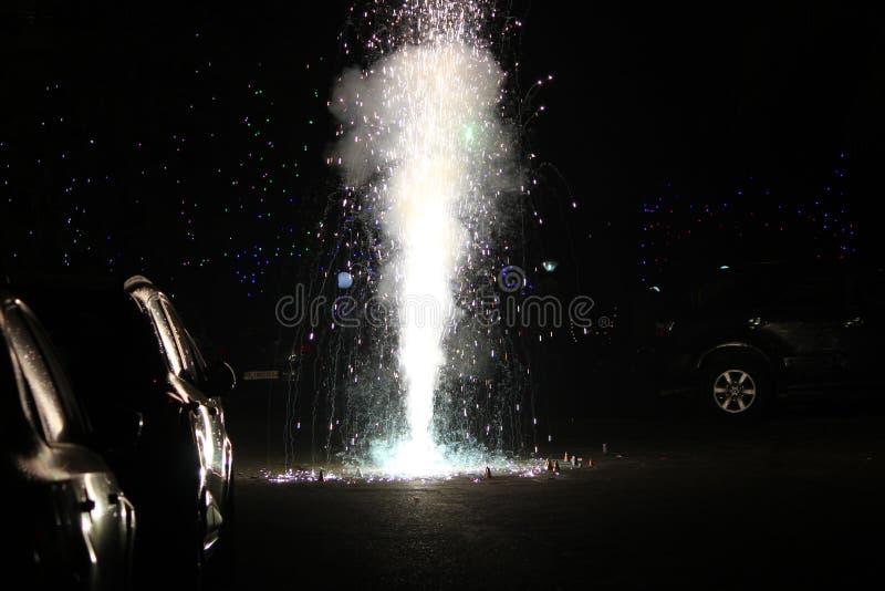 Fogos-de-artifício ou foguetes durante o festival de Diwali ou de Natal imagem de stock royalty free