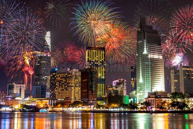 Fogos de artifício que estouram na cidade fotografia de stock royalty free