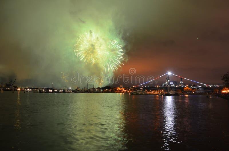 Fogos de artifício sobre a água meio do caminho de San Diego, Califórnia imagem de stock royalty free