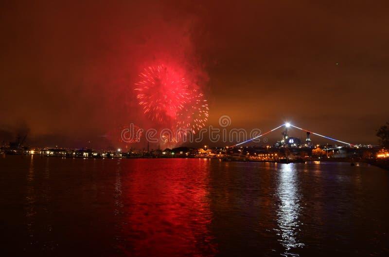 Fogos de artifício sobre a água meio do caminho de San Diego, Califórnia fotos de stock royalty free