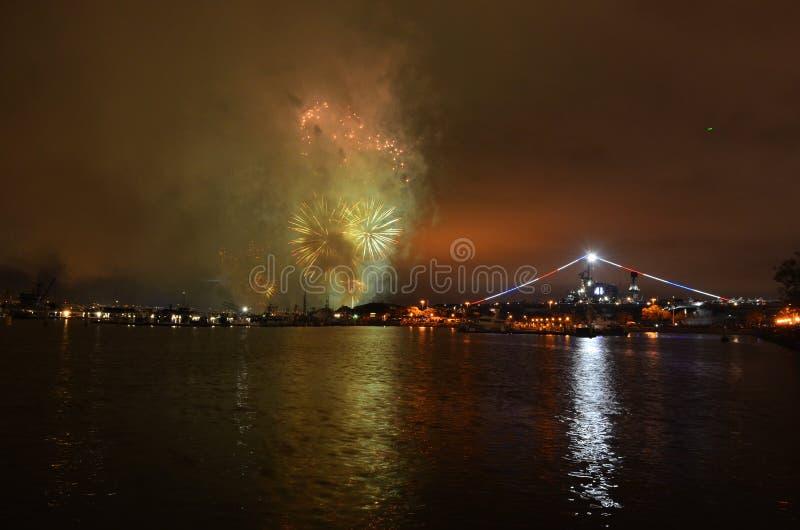 Fogos de artifício sobre a água meio do caminho de San Diego, Califórnia fotografia de stock