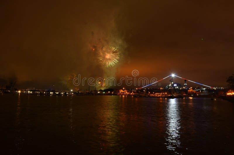 Fogos de artifício sobre a água meio do caminho de San Diego, Califórnia foto de stock royalty free