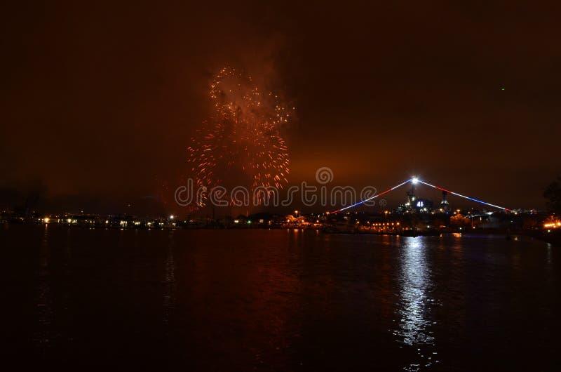 Fogos de artifício sobre a água meio do caminho de San Diego, Califórnia imagens de stock