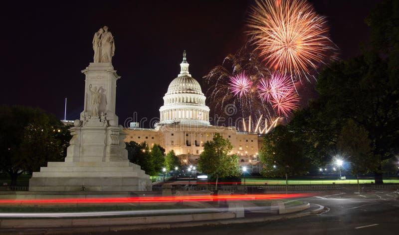 Fogos-de-artifício sobre Capitol Hill e o monumento da paz fotografia de stock royalty free