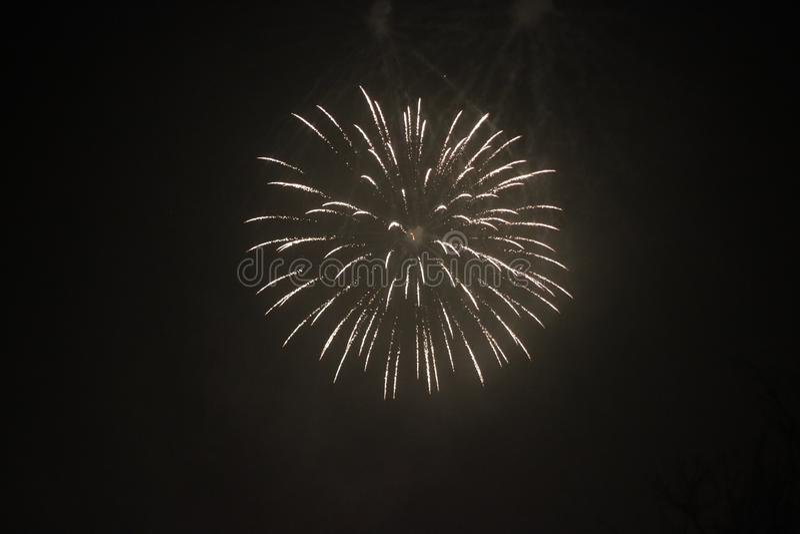 Fogos de artifício sobre a cidade de Nieuwerkerk an den IJssel durante os novos anos, na Holanda imagens de stock