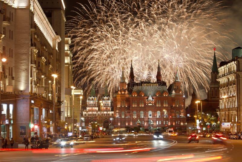 Fogos-de-artifício sobre a Moscou, rua de Tverskaya imagem de stock