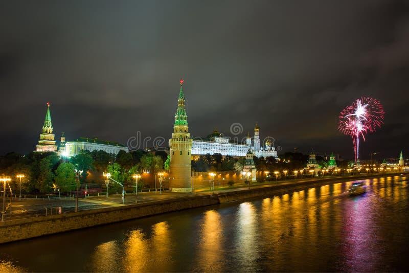 Fogos-de-artifício sobre a Moscovo Kremlin imagens de stock