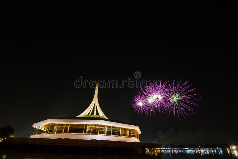 Fogos-de-artifício sobre o céu noturno fotos de stock