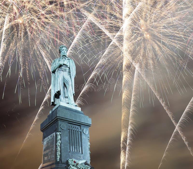 Fogos-de-artifício sobre o centro da cidade de Moscou e um monumento a Pushkin na rua na noite, Rússia de Tverskaya fotografia de stock royalty free