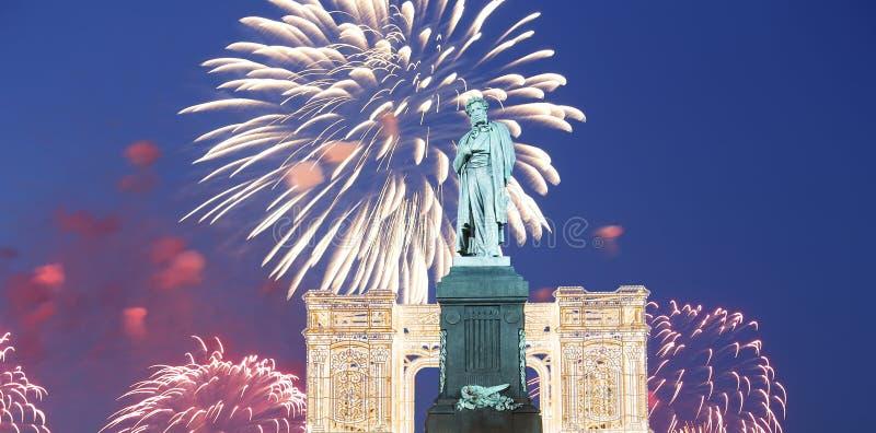 Fogos-de-artifício sobre o centro da cidade de Moscou e um monumento a Pushkin na rua na noite, Rússia de Tverskaya imagens de stock royalty free