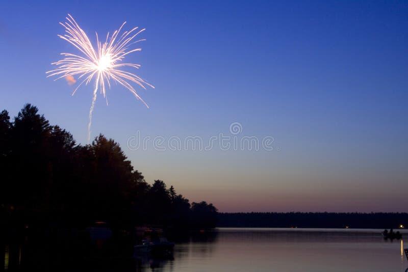 Fogos-de-artifício sobre o lago imagem de stock