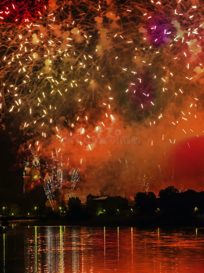 Fogos-de-artifício sobre o monte de Wawel imagens de stock