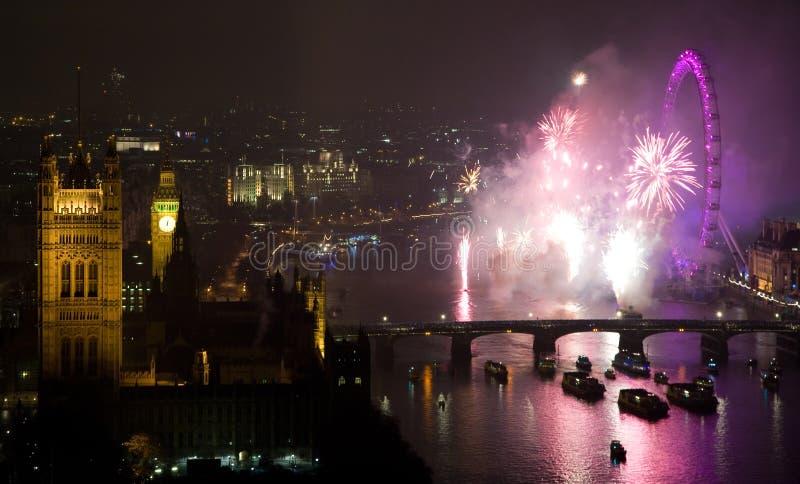 Fogos-de-artifício sobre o olho e o Westminster de Londres fotos de stock