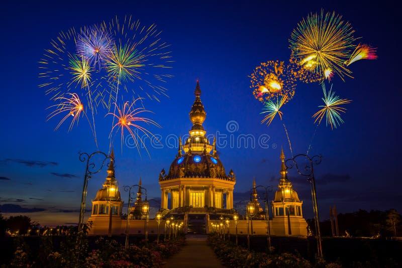 Fogos-de-artifício sobre o pagode budista no crepúsculo fotografia de stock royalty free