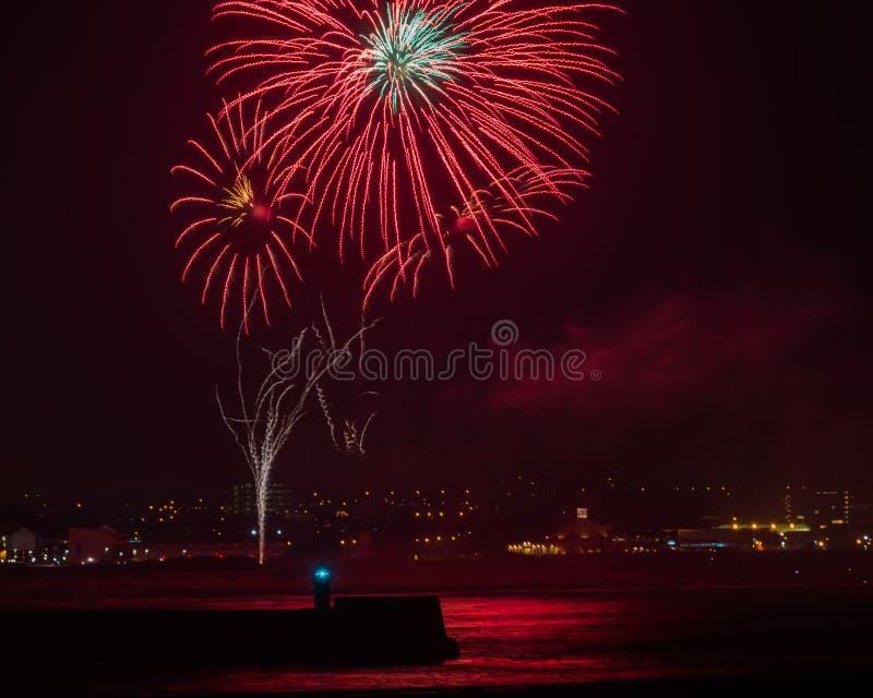 Fogos-de-artifício sobre o porto Reino Unido de Aberdeen fotografia de stock